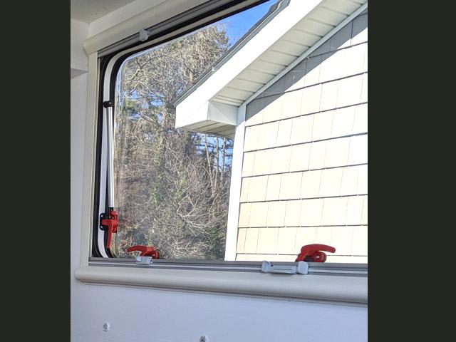 Windows Before Lance 650 Renovation Ann DeMuth (645)